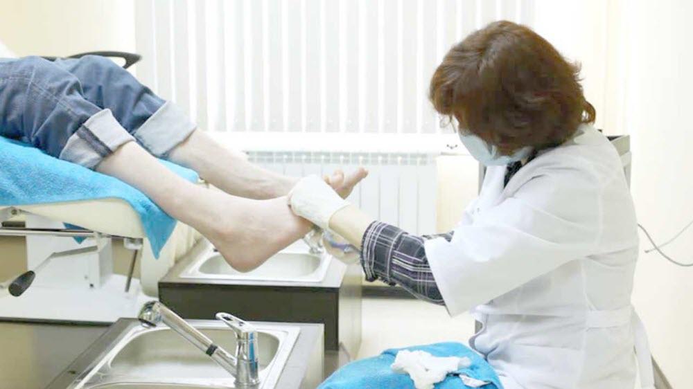 Какой врач лечит грибок ногтей на ногах и руках. К какому врачу обращаться при грибке ногтей